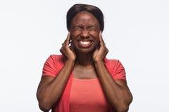 Hoor geen kwade, Jonge Afrikaanse Amerikaanse horizontale vrouw - stock afbeelding