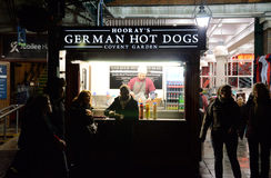 Hoorays deutsche Hotdoge in Covent-Garten, London fotografierten nachts Stockbilder