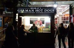 Hoorays fotograferade tyska varmkorvar i den Covent trädgården, London på natten Arkivbilder