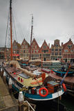 Hoorn, die Niederlande, am 21. April 2015: Segelboot koppelte im Hafen der Stadt von Hoorn, die Niederlande an Stockfotografie