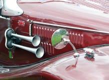 Hoorn en spiegel op een uitstekende rode sportwagen Royalty-vrije Stock Afbeelding