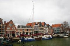 Hoorn Nederländerna: April 15, 2015: Byggnad för klockatorn i hamnen av staden av Hoorn, Netherl Fotografering för Bildbyråer