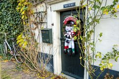 Hoorn, os Países Baixos - 11 de dezembro de 2009: Porta decorada de bonecos de neve bonitos do Natal imagens de stock