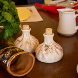 Hoorn voor wijn, zout en peperschudbekers in de vorm van khinkali a stock foto's
