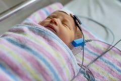 Hoorzittingstest van een slaap pasgeboren bij het ziekenhuis stock fotografie
