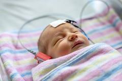 Hoorzittingstest van een slaap pasgeboren bij het ziekenhuis royalty-vrije stock foto