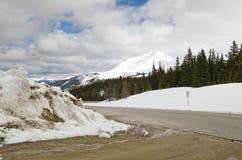 Hoosierpasserande - snöig villkorväg i Colorado arkivbild