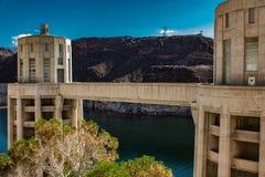 Hoover-Dammbauten mit einem grünen Baum auf Vordergrund stockfotos