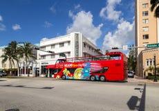 Hop no lúpulo fora do ônibus de turista na avenida de Washington com art deco ho Imagens de Stock Royalty Free