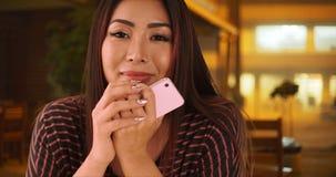 Hopefull-Asiatin, die auf ihr Datum an einem Restaurant wartet stockbilder