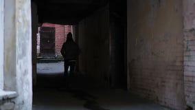 Hopeloos het verlaten backstreet, eenzame tiener heeft alleen lopen, geen vrienden stock videobeelden