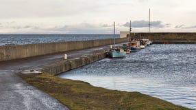 Hopeman hamn i extrem högvatten. arkivbild