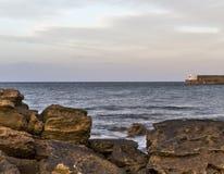 Hopeman utgång från hamnen. royaltyfri foto