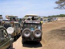 Hopen safarivoertuigen tijdens Serengeti Royalty-vrije Stock Afbeelding