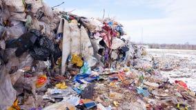 Hopen van het stortplaats` s de reusachtige afval Sluit omhoog 4K stock video