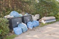 Hopen van huisvuil en huishoudelijk afval in bos Stock Afbeelding