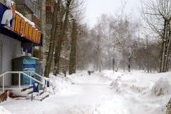 Hopen van sneeuw in de straten van de de winterstad stock afbeelding