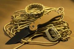 Hopfällbar kniv på paracord Royaltyfri Fotografi