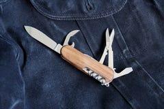 Hopfällbar kniv som kan användas till mycket Arkivbild