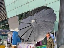 Hopfällbar solpanelsolros som formas på skärm arkivbilder