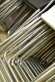 Hopfällbara metallstolar som göras av rör som i rad staplas Royaltyfria Foton