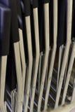 Hopfällbara metallstolar som göras av rör som i rad staplas Royaltyfri Fotografi