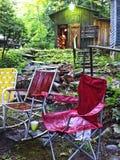 Hopfällbara stolar på lägret Fotografering för Bildbyråer