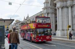 Hopfen auf Hopfen weg vom Bus in Lissabon Lizenzfreie Stockfotos