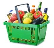 Hopfenkorb mit dem Lebensmittelgeschäft getrennt auf Weiß Lizenzfreies Stockfoto