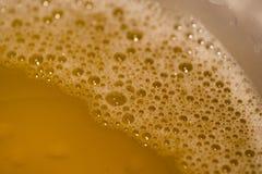 Hopfenschaum schaut köstlich und mehr Bierblasen, das besser die Qualität des Bieres Dieses ist eine Nahaufnahme des Bierschaums lizenzfreie stockbilder