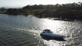 Hoppöfartyg som passerar på den Coomera floden arkivfilmer