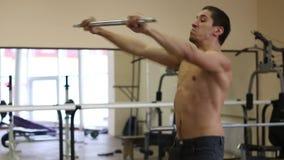 Hoppövning - closeup av den unga idrotts- mannen som gör genomkörare på idrottshallen arkivfilmer