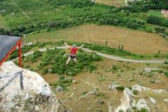 Hopp av en klippa med ett rep Royaltyfri Bild