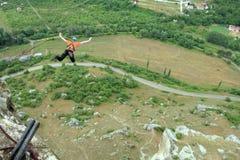 Hopp av en klippa med ett rep Royaltyfria Foton