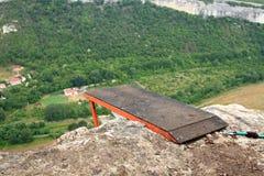 Hopp av en klippa med ett rep Arkivbilder