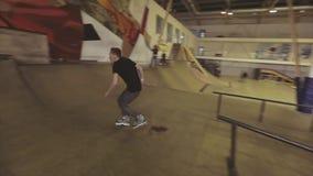 Hopp för rullskateboradåkare misslyckat på kanten av språngbrädan på konkurrens i skatepark challenge arkivfilmer