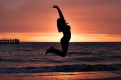 Hopp i solnedgången Arkivfoto