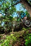 Hopp och fluga på en mountainbike Arkivfoto