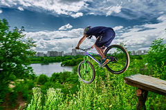 Hopp på en mountainbike Arkivfoto
