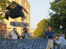 Hopp på en skateboard fotografering för bildbyråer