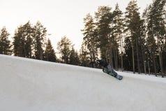Hopp på en snowboard Royaltyfri Bild