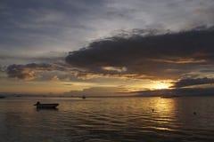 Hopp på horisonten: Dramatisk filippinsk solnedgång av den Panglao ön Fotografering för Bildbyråer