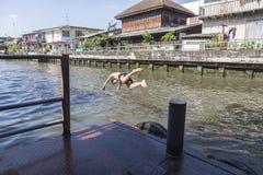 Hopp in till vattnet Royaltyfria Bilder