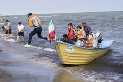 Hoppa av ett fartyg in i Kaspiska havkusten arkivfoton