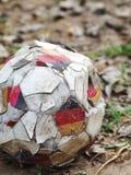 Hoppa av inte användbar övergiven fotboll i en trädgård Arkivbilder