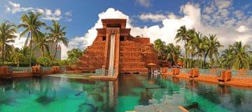 Hoppa av trowatersliden på den Atlantis semesterorten Bahamas arkivbilder
