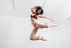 Hoppa den unga kvinnan på en trampolin Royaltyfri Fotografi
