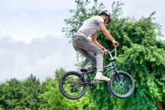 Hoppa för cyklist för BMX-fristil som tonårs- är horisontal Royaltyfri Bild