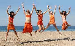 hoppa för fem flickor Royaltyfri Bild