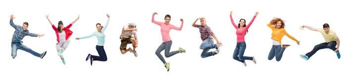 Hoppa för grupp människor eller för tonåringar arkivfoton